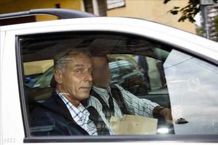 Szilvásy autóval távozik a Budapesti Katonai Ügyészségről, miután szabadlábra helyezték (fotó: Mohai Balázs)