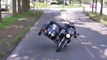 Ez az ember élére tette az oldalkocsit, amikor meglátta a Street View autót