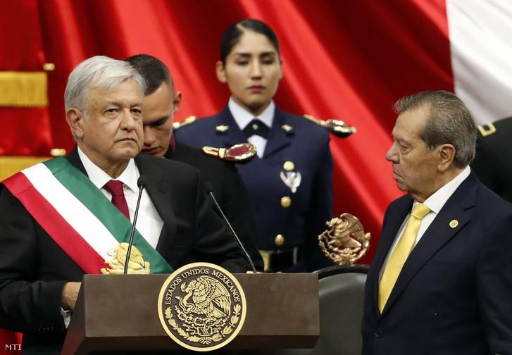 Andrés López Obrador új mexikói elnök (b) megkapja az elnöki vállszalagot a mexikói Nemzeti Kongresszus üléstermében tartott beiktatási ünnepségen Mexikóvárosban 2018. december 1-jén.