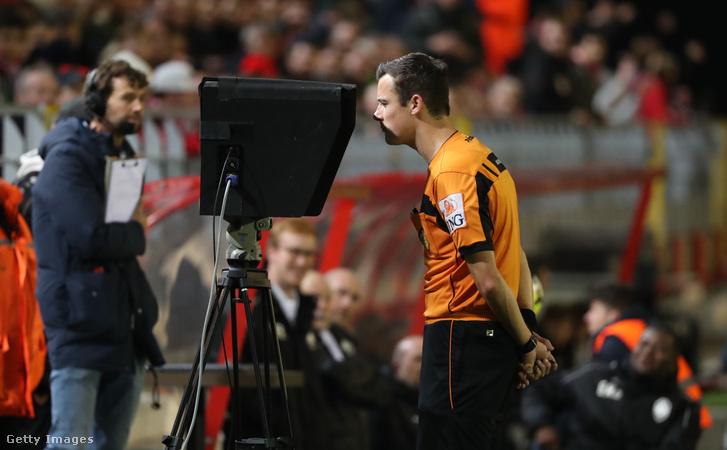 Bram Van Driessche bíró nézi a VAR (videóbíró) kijelzőt a Belgium - Antwerpen meccsen 2018. november 9-én