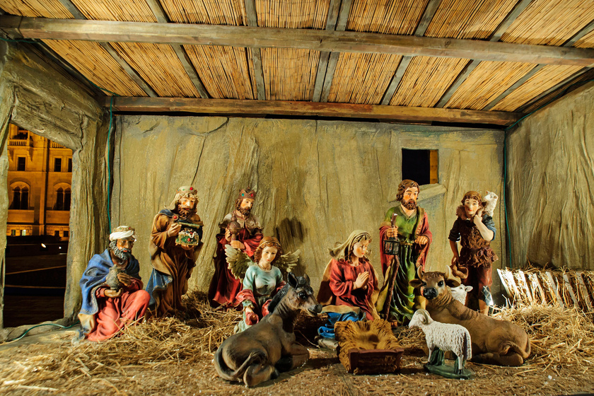 A betlehemi jászol december 24-én egészül majd ki a gyermek Jézussal. Az Ország Karácsonyfájával együtt adventtől vízkereszt napjáig díszíti a Kossuth teret.