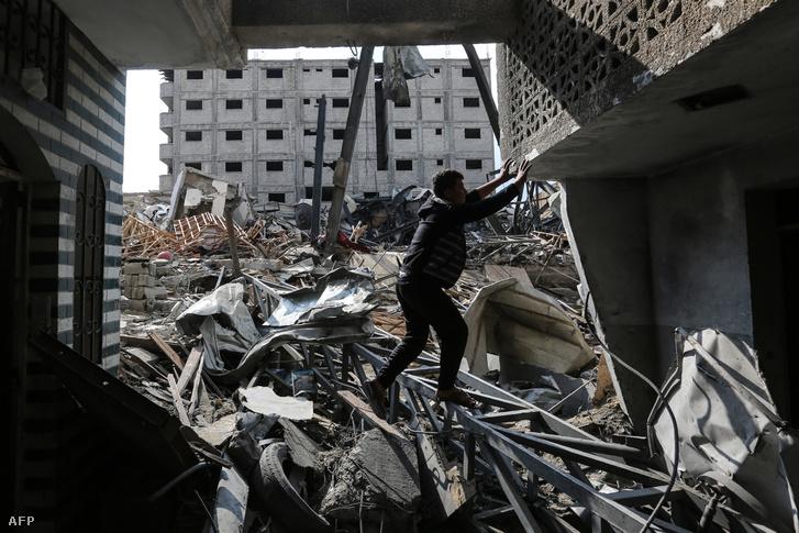 Palesztin áll a al-Aqsa TV izraeli légicsapásban lerombolt épületében 2018. november 14-én