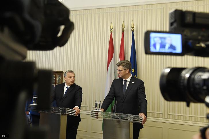 Orbán Viktor miniszterelnök (b) és Andrej Plenkovic horvát miniszterelnök sajtótájékoztatója Zágrábban 2018. december 3-án.
