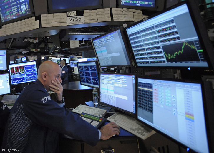 Kereskedő figyeli a kijelzőket a New York-i értéktőzsdén 2011. augusztus 10-én, ahol sorozatban a harmadik napon szenvedtek el veszteséget a részvényárfolyamok.
