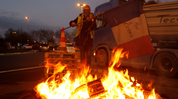 Meghátrált a francia kormány, felfüggeszthetik az adóemelést