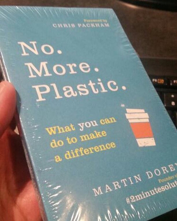 Műanyagba csomagolták az értelmetlen műanyagfelhasználásról szóló könyvet
