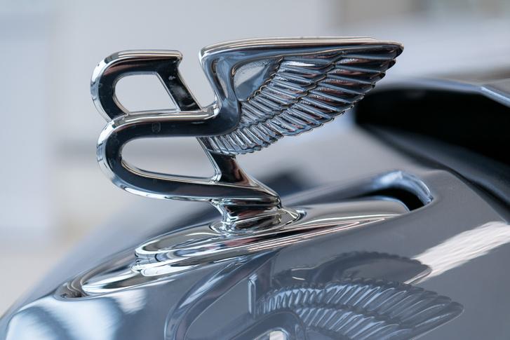 A Bentley-logó is elbújik a saját üregében, ha kell