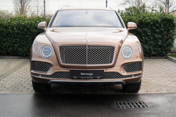Bentayga-szüzeknek: ez egy elég olcsó Bentley, 130-140 ezer eurós (+áfa +regadó + stb.) indulóáron, ám mindössze 3 hónapos szállítási határidővel