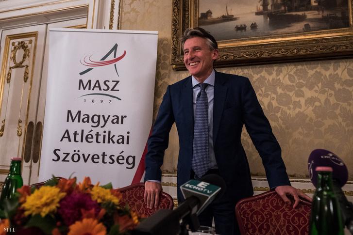 Sebastian Coe, a Nemzetközi Atlétikai Szövetség (IAAF) brit elnöke a Magyar Atlétikai Szövetség budapesti sajtótájékoztatóján 2017. október 30-án.