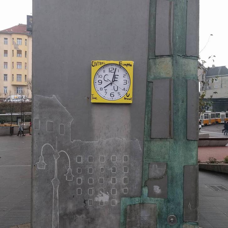 Az új Moszkva téri óra a Széll Kálmán téren napjainkban, gerillajavítással