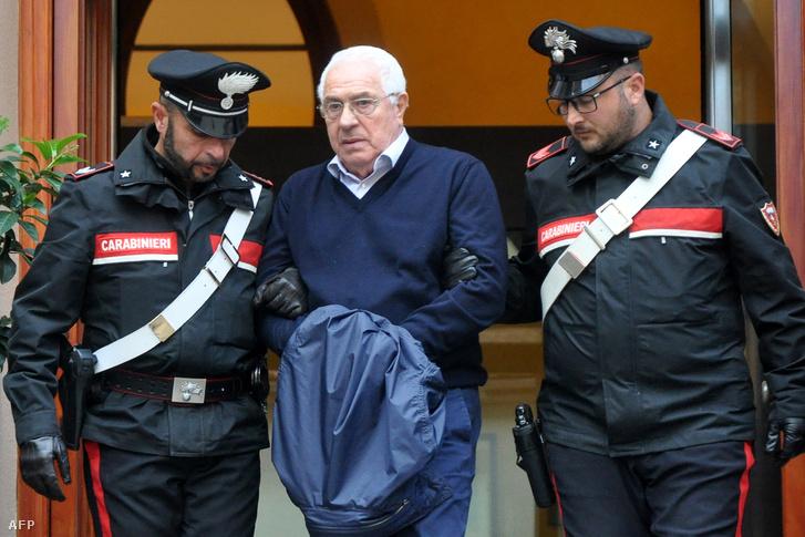 Settimino Mineo-t (középen) kísérik az olasz rendőrök a rendőrség épületéből, miután elrendelték letartóztatását, Palermoban 2018. december 4-én