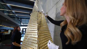 Aranyból készült karácsonyfát állítottak fel Münchenben