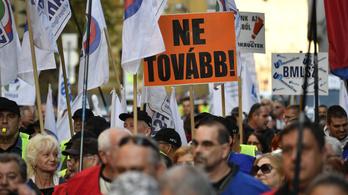 Szombaton tüntetnek a szakszervezetek a túlóratörvény ellen