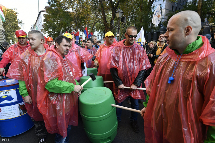 Szakszervezetek demonstrációja a Cafeteria visszaállításáért a Magyar Nemzeti Bank székháza elõtt a Szabadság téren 2018. november 6-án.