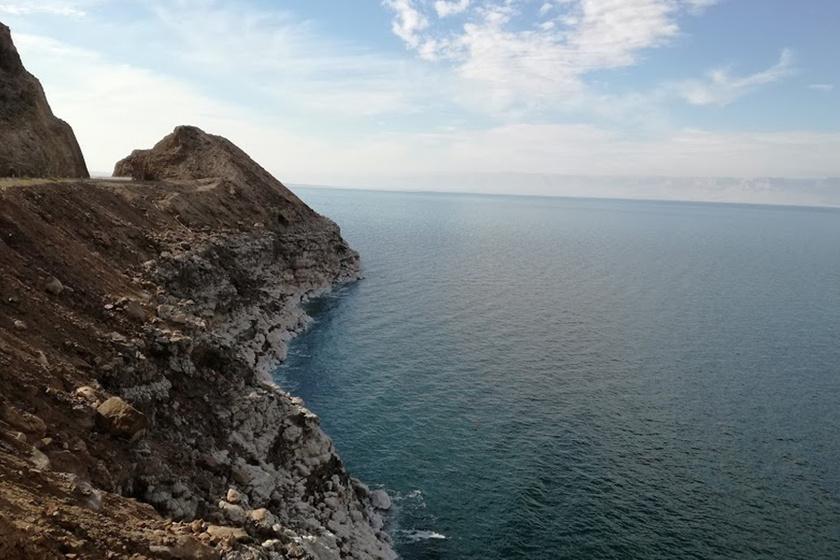 Jól látható, ahogy húzódik vissza a tenger, a lerakódott só megmutatja, mennyit csökkent a vízszint az elmúlt években.