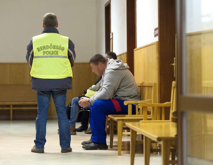 Tompa Eszter megölésével gyanúsított férfit őriznek a rendőrök a Győri Járásbíróság folyosóján 2017. január 13-án.