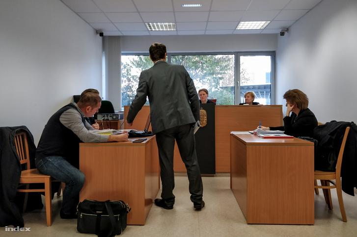 Fürcht Pál fővárosi főügyészhelyettes mutat valamit a csatolt dokumentumokban