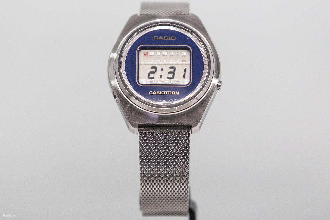 1974 novemberében mutatta be a Casio a világ első digitális (LCD) kijelzős kvarc karóráját, a Casiotront. Az időmérők piacára a belépés egyenes következménye volt a számológépek piacán elért komoly sikereknek, ami érthető is, hiszen az időmérés nem más, mint egyfajta folyamatos számolás. A Casiotronban a század elején feltalált kvarckristályos oszcillátor egy korszerű változata (C MOS-LSI) adta az időmérés alapját, ami az újdonság volt, hogy integrált áramkörös szerkezete a napok és hónapok mutatását is lehetővé tette folyadékkristályos kijelzőjén.