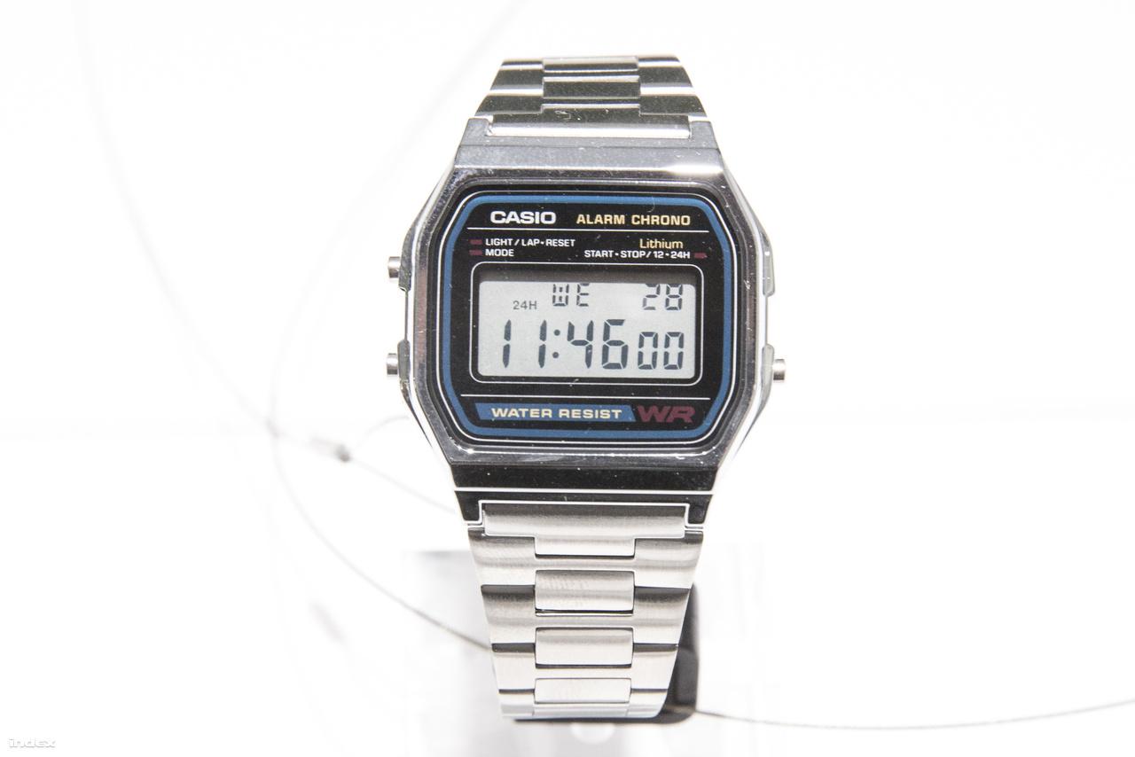 Az A158WA-1 talán az egyik legismertebb, már-már ikonikus Casio kvarcóra, meglovagolva a retrohullámot pár éve vissza is hozták a gyártását. Olcsó, vízálló, ébresztős, van benne óra, dátum, stopper és világítás – kell ennél több?