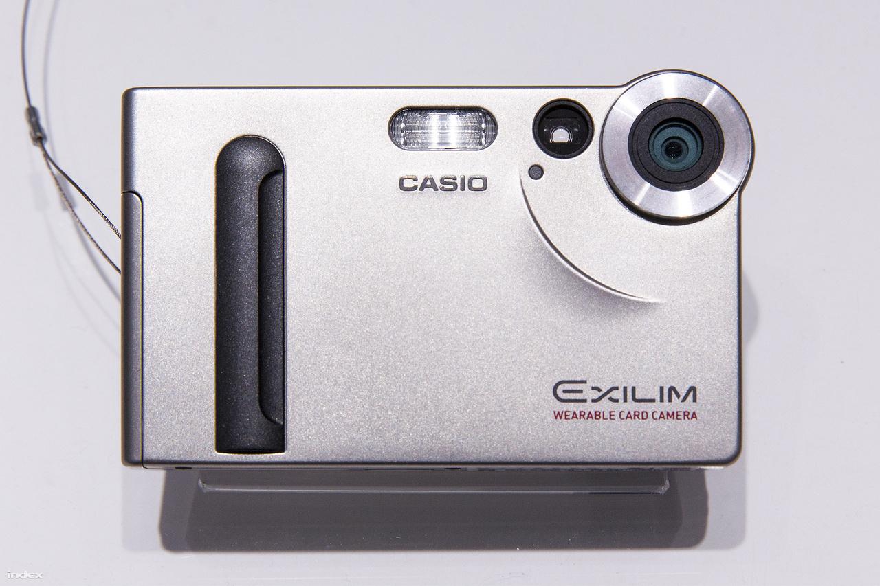 2002: az 1,3 megapixeles Exilim EX-S1 igazán megérdemli a kompakt jelzőt. A kártyaméretű, mindössze 86 grammos kamera a világ legvékonyabb digitális fényképezőgépe ekkor. Mellesleg MP3 lejátszó is egyben.