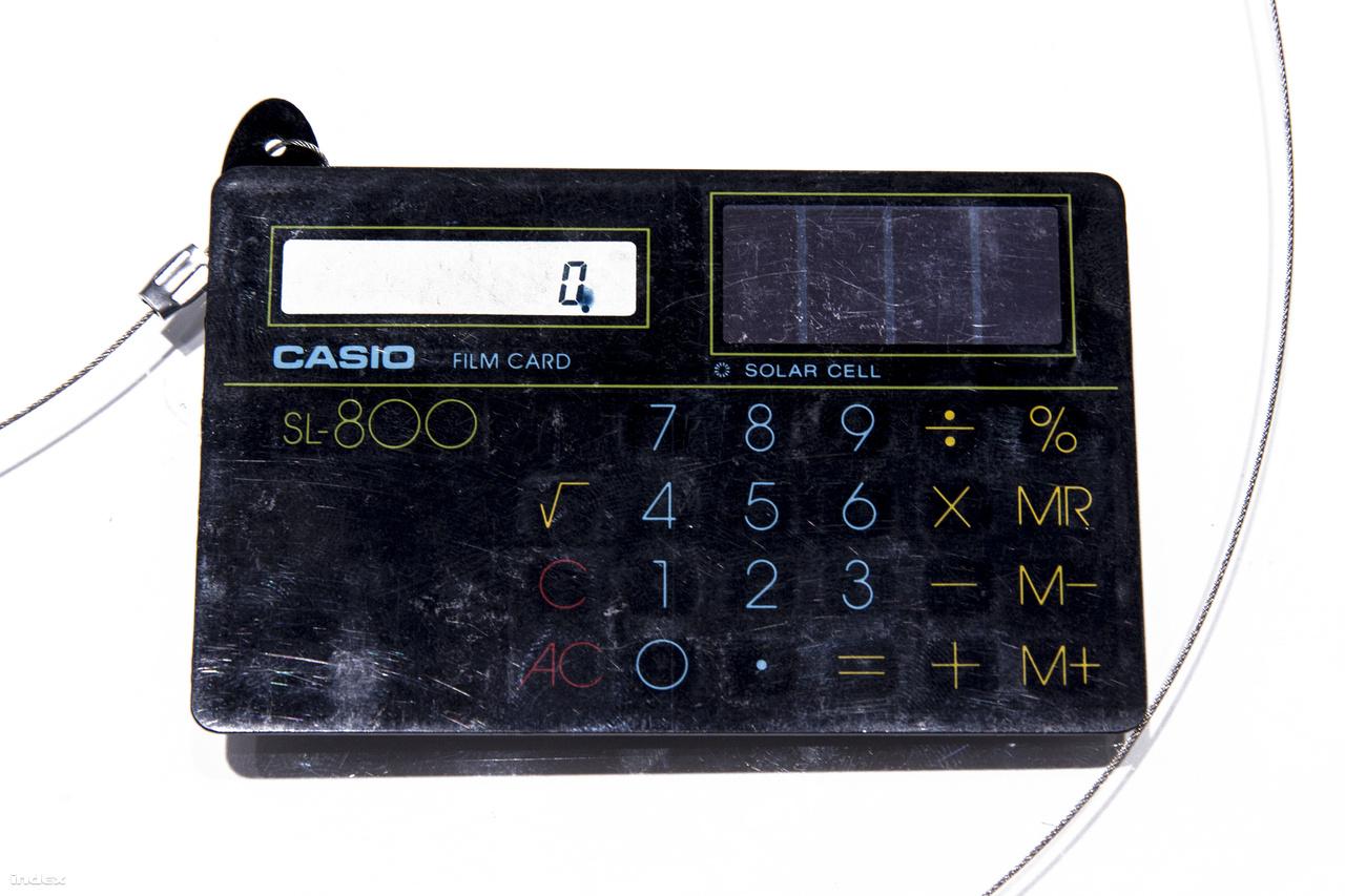 Casio SL-800 napelemes, kártyaméretű és vastagságú számológép. Az első kártyaméretű, alig 4 mm vastag számológépet (Casio Mini Card LC-78) 1978-ban dobta piacra a Casio, rá öt évre jött a még vékonyabb, névjegykártya méretű SL-800. Az elektronikus film technológiának köszönhetően a számológép mindössze 12 grammot nyom, ami a Casio 001 tömegének csupán 0,07 százaléka.