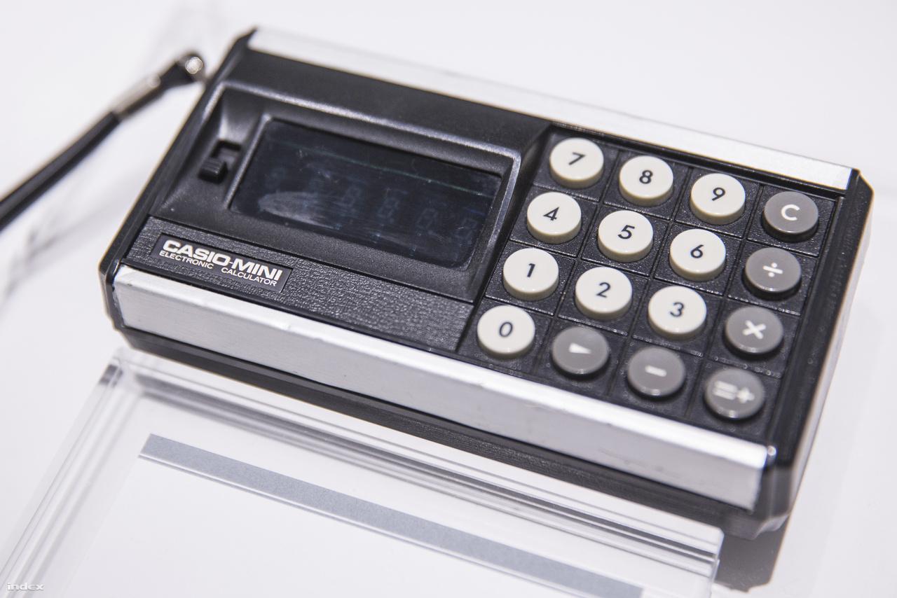 A legendás japán miniatürizálás egyik lépése: a Casio Mini hordozható számológép 1972-ből, ami már csak akkora volt mint egy (jó vastag) tábla csokoládé. A Casio Mini volt a világ első elektronikus zsebszámológépe. Az integrált áramkörök ipari megjelenése és elterjedése révén világszerte vagy ötven cég dolgoztt gőzerővel irodai számológépek fejlesztésén, a korszakot gyakran nevezik ezért kalkulátorháborúnak. A Casio Minivel az egyre növekvő japán cég új koncepciót próbált ki sikerrel: az otthoni felhasználókat célozta meg, elvégre matematikai műveletek gépesített elvégzésére nemcsak az irodákban lehet szükség. havonta százezer példányt gyártottak belőle, de kevésnek bizonyult, a kereslet akkora volt, hogy duplájára kellett emelni a gyártókapacitást. Összesen végül tízmillió darab kelt el a sikertermékből, amivel a Casio végképp bebiztosította vezető helyét a világ számológépgyártói közt.