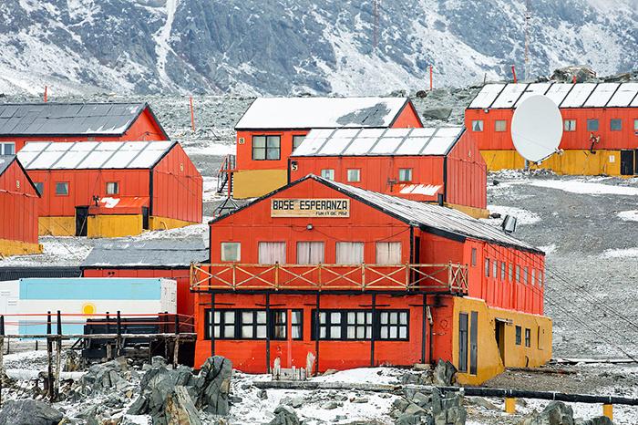 A sarkvidéken két, civilek által is lakott település található: kórházzal, iskolával, postával, sőt, hostellel is rendelkeznek az odautazók számára. Az Antarktisz a közhiedelemmel ellentétben nem egy elszigetelt terület: internet és tévéelérés is van a házakban.