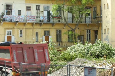 Lepedőkön tiltakoznak a lakók (fotó: Frank Yvette / delmagyar.hu)