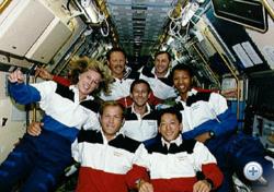 Mark Lee (elöl, középen) átöleli Jan Davist az Endeavour fedélzetén