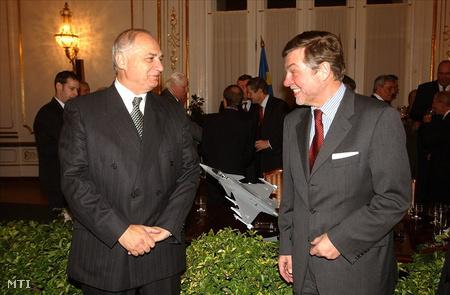 Szabó János honvédelmi miniszter és Björn von Sydow svéd védelmi miniszter a Gripen-megállapodás aláírása után (fotó: Soós Lajos)