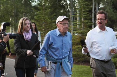 Ruppert Murdoch középen