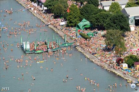 Fesztiválozók a vízben Zamárdiban a Balaton Sound alatt