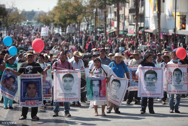 Meggyilkolt diákokra emlékező tüntetők a mexikóvárosi Guadalupei-bazilikához vonulnak 2016. december 26-án.