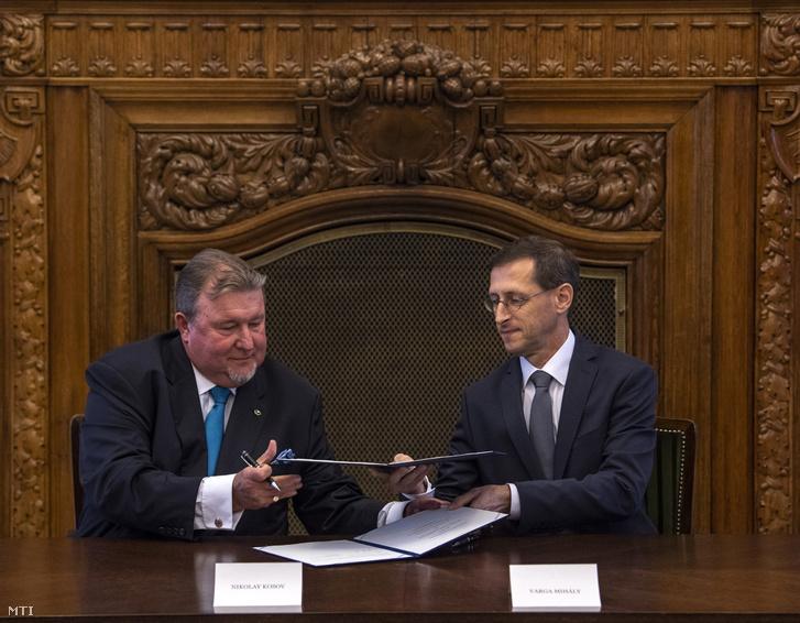 Varga Mihály pénzügyminiszter (j) és Nyikolaj Koszov, a Nemzetközi Beruházási Bank (International Investment Bank, IIB) elnöke szándéknyilatkozatot ír alá a pénzintézet új európai regionális irodájának Magyarországra hozataláról a Pénzügyminisztériumban 2018. június 18-án.