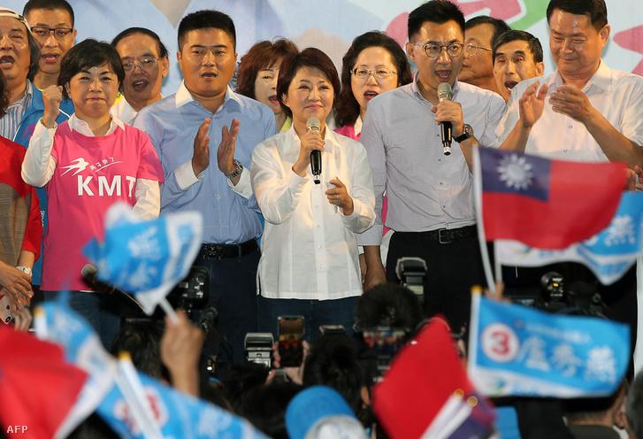 Lu Shiow-yen (középen) a Kuomintang (KMT) pártból beszél a polgármester választás után, Taipei-ben 2018. november 24-én