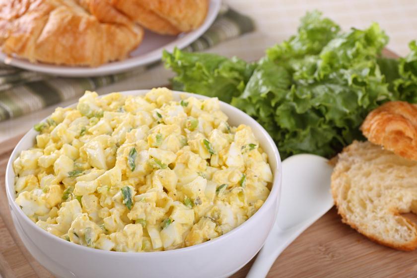 Hagymás, majonézes tojássaláta: picit édes, picit savanykás