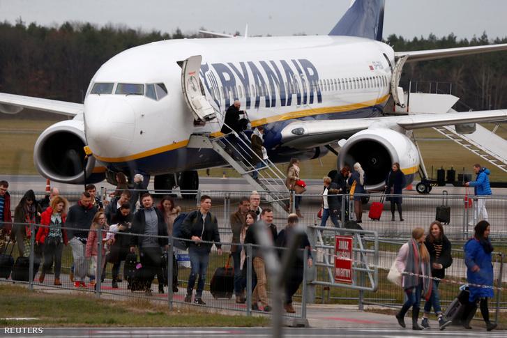 Emberek hagyják el a Ryanair gépét a varsói repülőtéren 2018 november 15-én