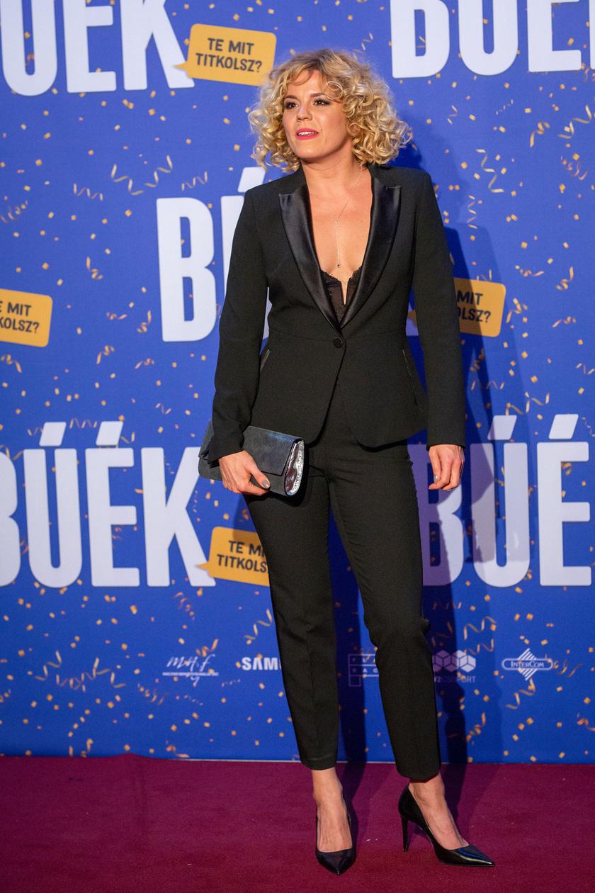 Bata Éva, a BÚÉK egyik női főszereplője fekete nadrágkosztümje alá csak egy szexin dekoltált felsőt húzott.