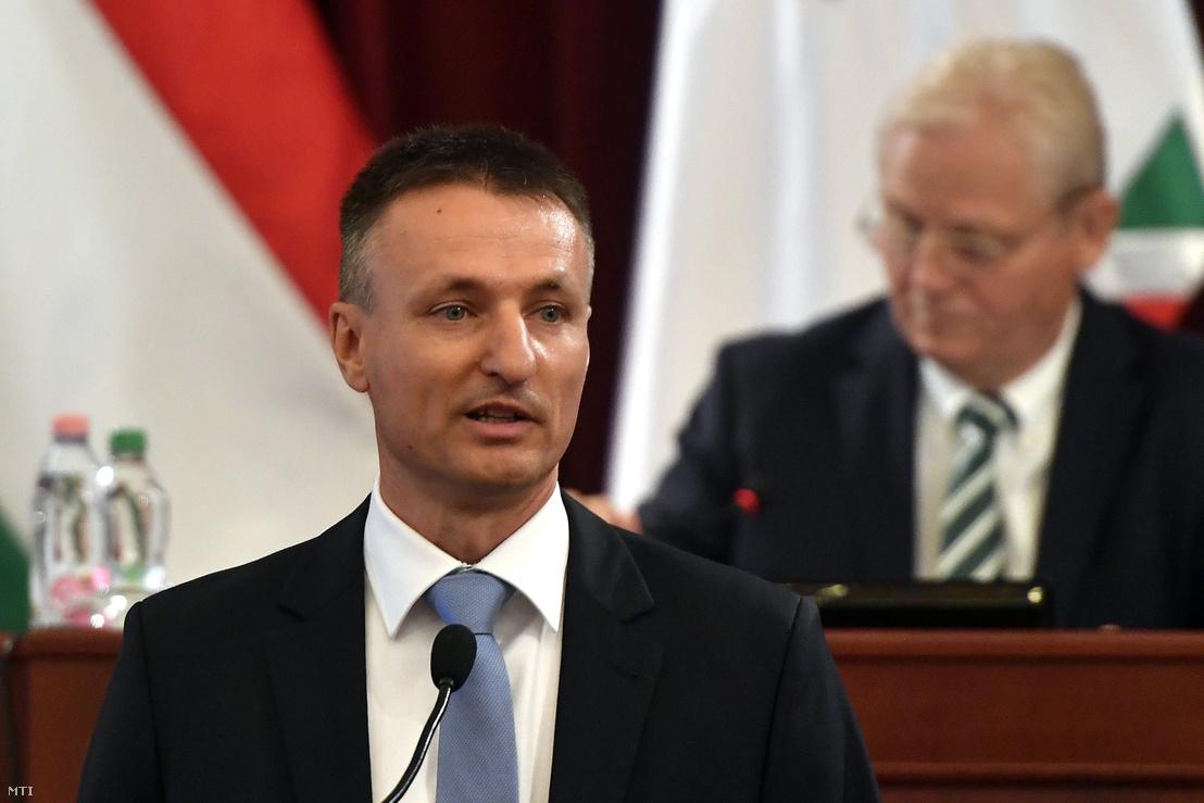 Dabóczi Kálmán, a Budapesti Közlekedési Központ (BKK) vezérigazgatója felszólal a Fővárosi Közgyűlés ülésén a Városháza dísztermében 2016. augusztus 31-én. Mögötte Tarlós István főpolgármester.