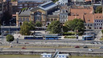 Nem teljesen költöznek el a buszok a Batthyány térről