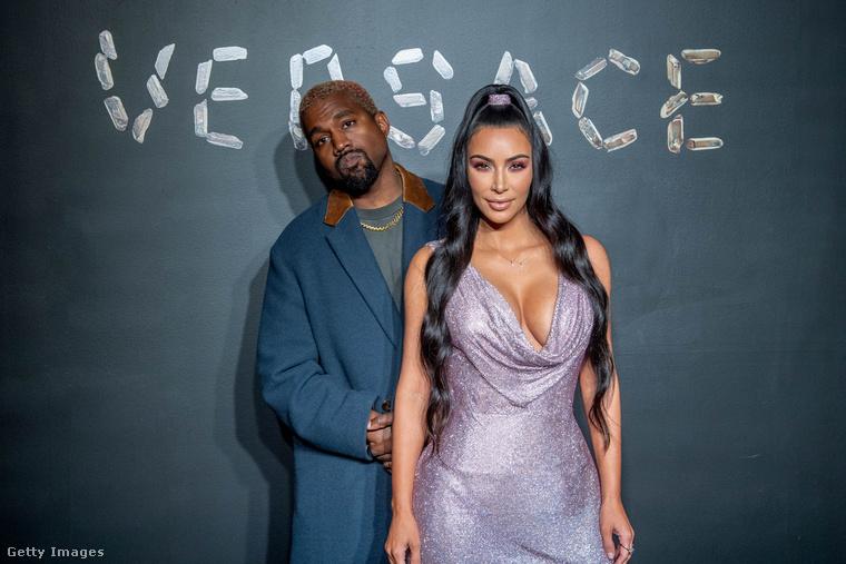 Westné a férjével jelent meg múlt vasárnap a New York-i tőzsdén, mert a Versace valamiért itt rendezett divatbemutatót.