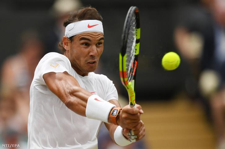 A spanyol Rafael Nadal a szerb Novak Djokovic elleni játszma közben a wimbledoni teniszbajnokság férfi egyesének elődöntőjében Londonban 2018. július 14-én.