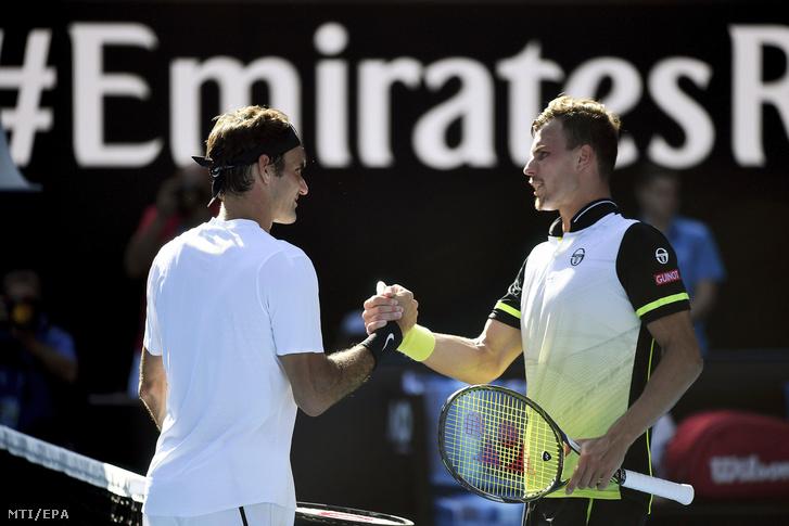 A győztes svájci Roger Federernek (b) gratulál Fucsovics Márton az ausztrál nyílt teniszbajnokság férfi egyesének nyolcaddöntője után Melbourne-ben 2018. január 22-én.