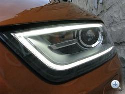 A LED-es fényszóró diódái itt nem egyesével, hanem egy fényvezető cső belsejében világítanak