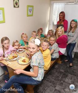 Együtt eszik a család. Ha ön ott lenne, biztos önnek is jutna ebből a finomságból