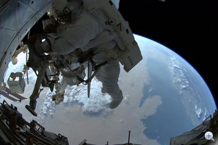 2011. július 12. Ron Garan amerikai űrhajós, az ISS legénységének tagja a keddi űrsétán. Alatta a közel-keleti térség és a Perzsa-öböl. A képet a hatórás űrsétán résztvevő másik ISS-űrhajós, Mike Fossum készítette.