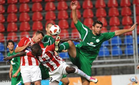 Böde Dániel (Paks, zöld, j) és Ciss Saliou (22, norvég) harcol a labdáért