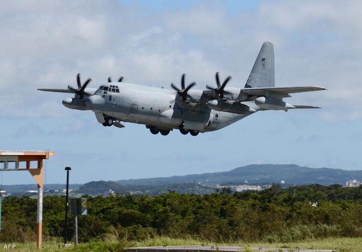 US Marine KC-130-as gépe 2014. július 15-én landol a Futenma légibázison, Okinawa-ban