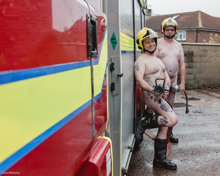 Kigyúrt, kockás hasú tűzoltókat már kismilliószor láttunk jótékonyan meztelenkedni (például itt és itt), de ilyen az, mikor a tök átlagos, aputestű kollégáik a nyomukba lépnek.