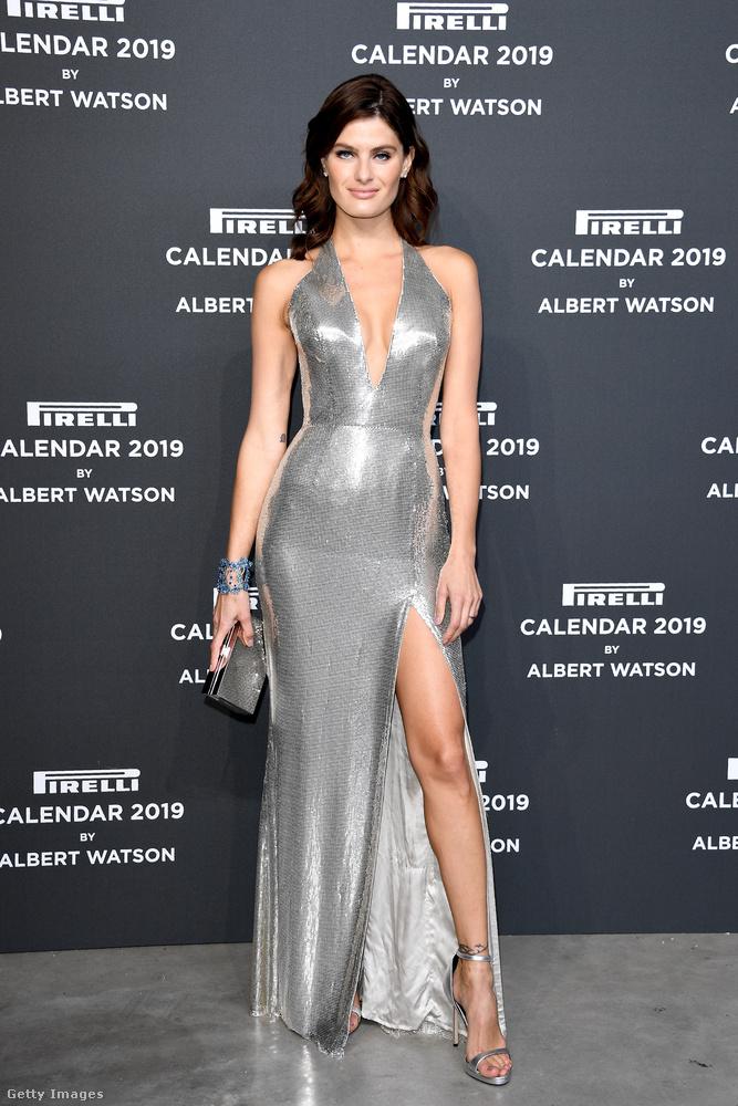 De nézzük a többi vendéget is, Isabeli Fontana például ugyanúgy bedobta magát, mint Halle Berry, legalábbis ami a felsliccelt szoknyát és a dekoltált felsőrészt illeti.